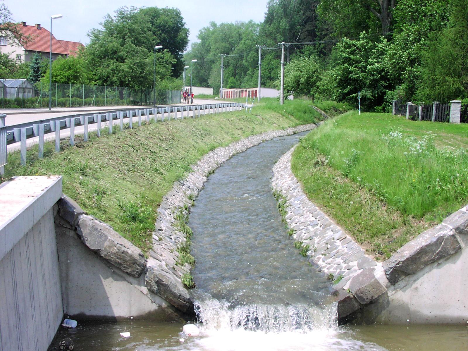 Stav břehů potoka po povodni nevykazuje žádné poruchy