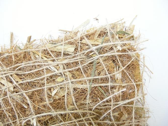 Přírodní rohož ze směsi kokosu a slámy zpevněná jutovou síťovinou