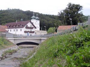 Pohled na zpevněný svah potoka Žďárná v obci Sloup